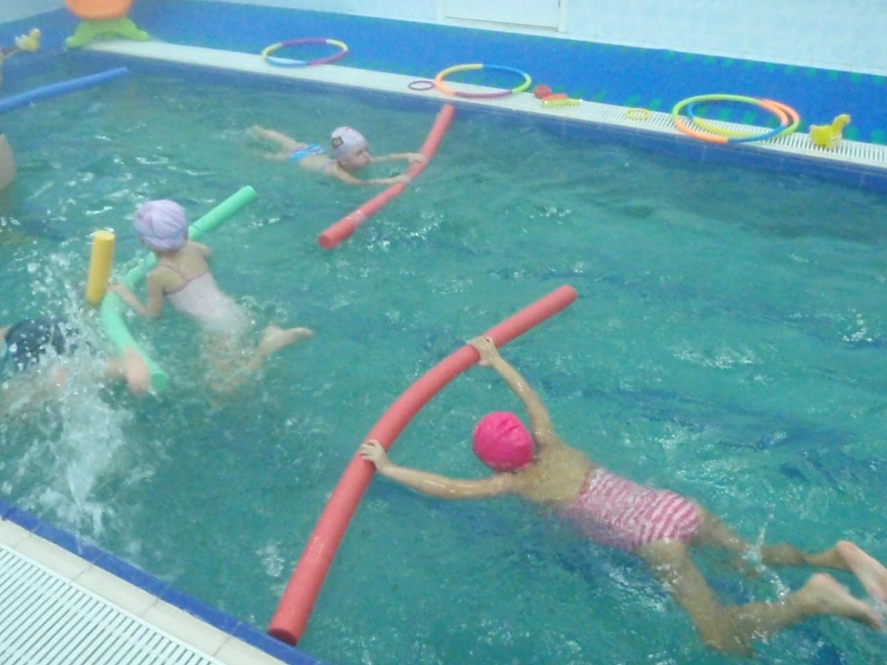 Фото дети плавающих в бассейне